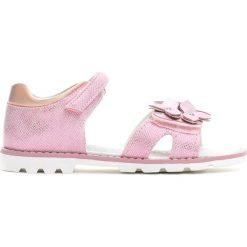 Różowe Sandały Little Queenie. Czerwone sandały dziewczęce marki Born2be, z materiału, z otwartym noskiem. Za 59,99 zł.
