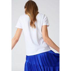 NA-KD T-shirt z haftowaną różą - White. Białe t-shirty damskie NA-KD, z haftami, z bawełny, z klasycznym kołnierzykiem. Za 40,95 zł.