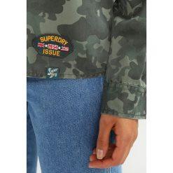 Superdry MILITARY AMBER Koszula khaki. Szare koszule damskie marki Superdry, l, z nadrukiem, z bawełny, z okrągłym kołnierzem. Za 379,00 zł.