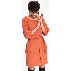 SUKIENKA DAMSKA, Z PASKIEM, O LUŹNYM KROJU, NA CO DZIEŃ. Pomarańczowe sukienki balowe Top Secret, na co dzień, na jesień. Za 139,99 zł.