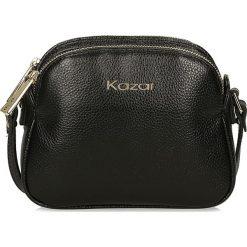 Czarna torebka przez ramię. Czarne torebki klasyczne damskie Kazar, w paski, ze skóry, zdobione. Za 449,00 zł.