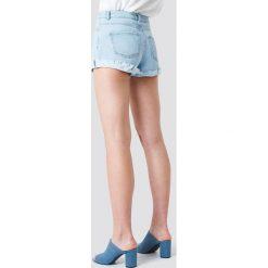 Schanna x NA-KD Szorty jeansowe basic - Blue. Niebieskie bermudy damskie Schanna x NA-KD, z denimu. Za 141,95 zł.