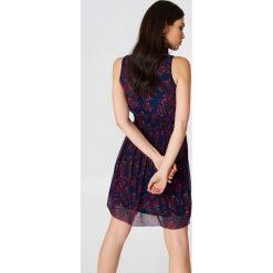NA-KD Karbowana siateczkowa sukienka - Purple,Multicolor. Niebieskie sukienki na komunię marki ARTENGO, z elastanu, ze stójką. W wyprzedaży za 36,59 zł.