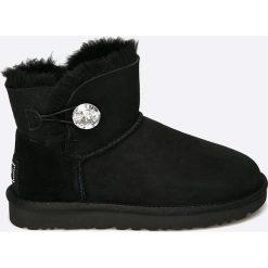 UGG - Botki Bailey Button. Czarne buty zimowe damskie Ugg, z materiału, z okrągłym noskiem, na obcasie. Za 999,90 zł.