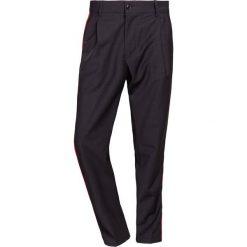 Chinosy męskie: DRYKORN CHASY Spodnie materiałowe black/red