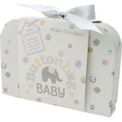 Pamiątka dla noworodka - buciki do zrobienia na drutach. Niebieskie buciki niemowlęce chłopięce marki Born2be, z materiału, z okrągłym noskiem, na obcasie. Za 85,03 zł.