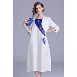 Sukienka w kolorze białym. Białe sukienki na komunię marki Zeraco, z dekoltem na plecach, midi. W wyprzedaży za 349,95 zł.