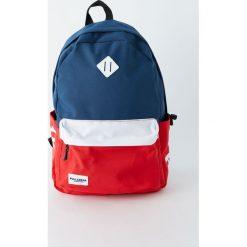 Plecak z czerwono-niebieskimi panelami. Czerwone plecaki męskie Pull&Bear. Za 99,90 zł.