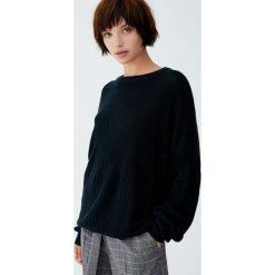 Sweter wykonany ściegiem perełkowym. Czarne swetry klasyczne damskie marki Pull&Bear. Za 69,90 zł.
