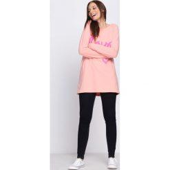 Różowa Bluzka Live Dream. Czerwone bluzki longsleeves marki Born2be, l, z nadrukiem, z okrągłym kołnierzem. Za 24,99 zł.