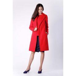 Klasyczny Czerwony Płaszcz z Wiązanym Paskiem. Czerwone płaszcze damskie zimowe marki Molly.pl, l, z jeansu, biznesowe, z dekoltem na plecach, z długim rękawem. W wyprzedaży za 241,71 zł.