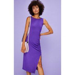 Answear - Sukienka Violet Kiss. Niebieskie sukienki dzianinowe marki ANSWEAR, na co dzień, l, casualowe, z okrągłym kołnierzem, midi, dopasowane. W wyprzedaży za 59,90 zł.
