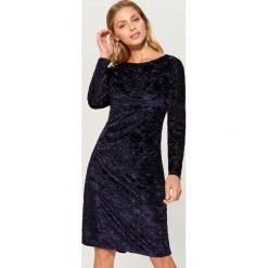 Dopasowana sukienka z tkaniny devore - Niebieski. Czerwone sukienki z falbanami marki Mohito, z bawełny. Za 119,99 zł.