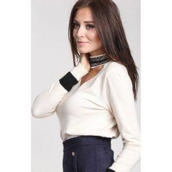 Kremowy Sweter High Pearl Collar. Brązowe swetry klasyczne damskie marki other, na jesień, l. Za 89,99 zł.