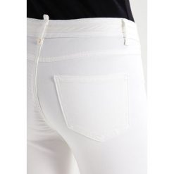 Vila VIKARISMA COMMIT Jeans Skinny Fit cloud dancer. Białe rurki damskie Vila. W wyprzedaży za 132,30 zł.