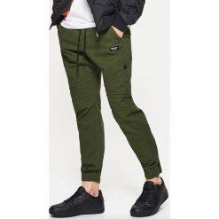 Dresowe joggery z kolekcji modular - Khaki. Brązowe joggery męskie Cropp, z dresówki. W wyprzedaży za 49,99 zł.