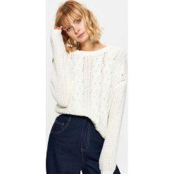 Swetry klasyczne damskie: Dzianinowy sweter z ozdobnym splotem – Kremowy