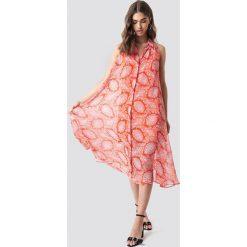 MANGO Sukienka Bengala - Orange. Szare długie sukienki marki Mango, na co dzień, l, z tkaniny, casualowe, z dekoltem halter, na ramiączkach, rozkloszowane. Za 242,95 zł.