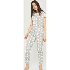 Dwuczęściowa piżama z nadrukiem all over - Jasny szar. Szare piżamy damskie marki Sinsay, l, z motywem z bajki. Za 59,99 zł.