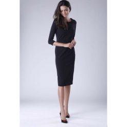 Czarna Klasyczna Dopasowana Sukienka Midi. Czarne sukienki balowe Molly.pl, do pracy, l, w jednolite wzory, z dekoltem na plecach, midi, dopasowane. W wyprzedaży za 120,81 zł.