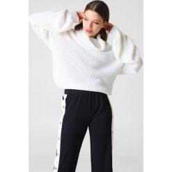 Swetry oversize damskie: NA-KD Sweter oversize z golfem - White