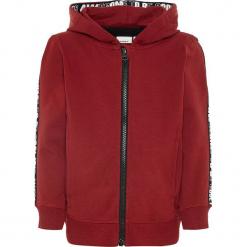 """Bluza """"Ramon"""" w kolorze ciemnoczerwonym. Czerwone bluzy chłopięce Name it Kids, z aplikacjami, z bawełny. W wyprzedaży za 65,95 zł."""