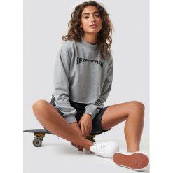 Astrid Olsen x NA-KD Krótka bluza Revolution - Grey. Czerwone bluzy damskie marki KALENJI, z elastanu, z krótkim rękawem, krótkie. Za 121,95 zł.