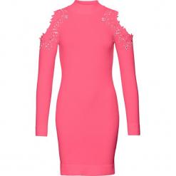 Sukienka dzianinowa z wycięciami bonprix różowy. Różowe sukienki balowe marki numoco, l, z dekoltem w łódkę, oversize. Za 129,99 zł.