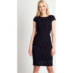 Granatowa sukienka z ażurowym wzorem QUIOSQUE. Czerwone sukienki mini marki QUIOSQUE, do pracy, s, w ażurowe wzory, z tkaniny, biznesowe, z dekoltem na plecach, z krótkim rękawem. W wyprzedaży za 79,99 zł.