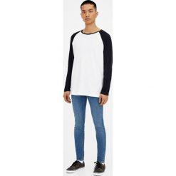 Jeansy skinny fit z efektem zużycia. Niebieskie jeansy męskie regular Pull&Bear, z denimu. Za 119,00 zł.
