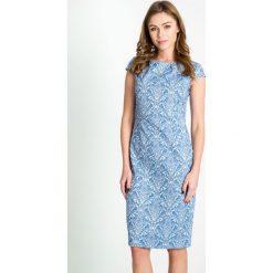 Żakardowa niebieska sukienka z połyskiem QUIOSQUE. Niebieskie sukienki balowe marki QUIOSQUE, na spotkanie biznesowe, z tkaniny, z kopertowym dekoltem, z krótkim rękawem, mini, dopasowane. W wyprzedaży za 79,99 zł.