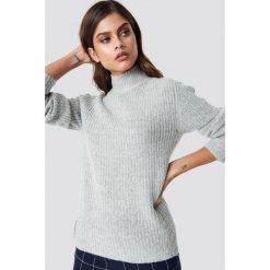 Rut&Circle Sweter z dzianiny Marielle - Grey. Zielone swetry oversize damskie marki Rut&Circle, z dzianiny, z okrągłym kołnierzem. Za 161,95 zł.