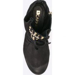 Carinii - Botki. Czarne botki damskie na obcasie marki Carinii, z gumy, z okrągłym noskiem, na sznurówki. W wyprzedaży za 299,90 zł.
