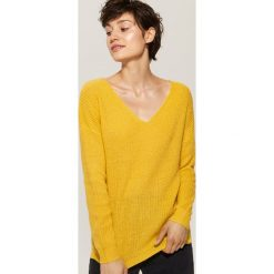 Sweter z dekoltem w serek - Żółty. Czarne swetry klasyczne damskie marki KIPSTA, z poliesteru, do piłki nożnej. Za 69,99 zł.