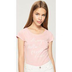 Bawełniana koszulka z napisem - Różowy. Czerwone t-shirty damskie Sinsay, l, z napisami, z bawełny. Za 9,99 zł.