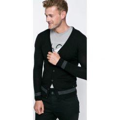 Guess Jeans - Kardigan Carry. Szare kardigany męskie marki Guess Jeans, l, z aplikacjami, z bawełny. W wyprzedaży za 249,90 zł.