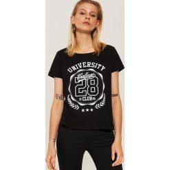 T-shirt z nadrukiem University - Czarny. Czarne t-shirty damskie House, l, z nadrukiem. Za 29,99 zł.