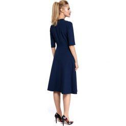CHARLA Sukienka midi z wiązaniem przy dekolcie - granatowa. Niebieskie sukienki rozkloszowane Moe, na imprezę, dekolt w kształcie v, midi. Za 169,00 zł.