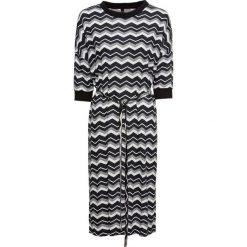 Sukienka shirtowa z paskiem bonprix czarno-biało-szary w paski. Czarne sukienki z falbanami bonprix, w paski. Za 89,99 zł.