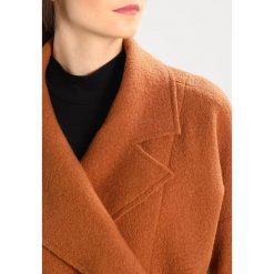Płaszcze damskie pastelowe: Uno Piu Uno Krótki płaszcz caramel