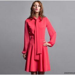 Sukienki: Koralowa sukienka z wiązaniem