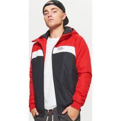 Kurtka z kapturem - Czerwony. Czerwone kurtki męskie marki Cropp, l, z kapturem. W wyprzedaży za 119,99 zł.