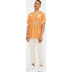 Koszulka piłkarska w stylu retro. Szare koszulki sportowe męskie marki Pull & Bear, okrągłe. Za 29,90 zł.