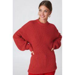 NA-KD Dzianinowy sweter z obniżonymi ramionami - Red. Niebieskie swetry klasyczne damskie marki NA-KD, z satyny. Za 121,95 zł.