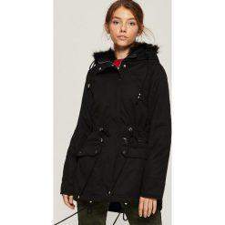 Płaszcz ze sztucznym futrem - Czarny. Czarne płaszcze damskie Sinsay, l. Za 229,99 zł.