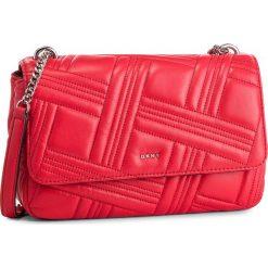 Torebka DKNY - Allen Lg Flap Lamb R833B637 Rouge RGE. Czerwone torebki klasyczne damskie DKNY, ze skóry. Za 1069,00 zł.