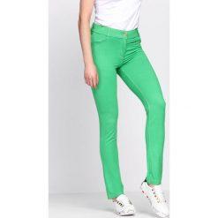 Zielone Spodnie Coordination. Zielone spodnie z wysokim stanem marki bonprix, z dresówki, na fitness i siłownię. Za 49,99 zł.