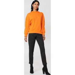 Bluzy damskie: NA-KD Bluza z kapturem z rękawem ściąganym troczkiem - Orange