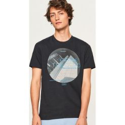 T-shirt z nadrukiem Constructed - Czarny. Czarne t-shirty męskie z nadrukiem Reserved, l. Za 39,99 zł.