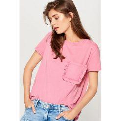 Bawełniana koszulka z kieszenią - Różowy. Czerwone t-shirty damskie marki Mohito, m, z bawełny. W wyprzedaży za 29,99 zł.